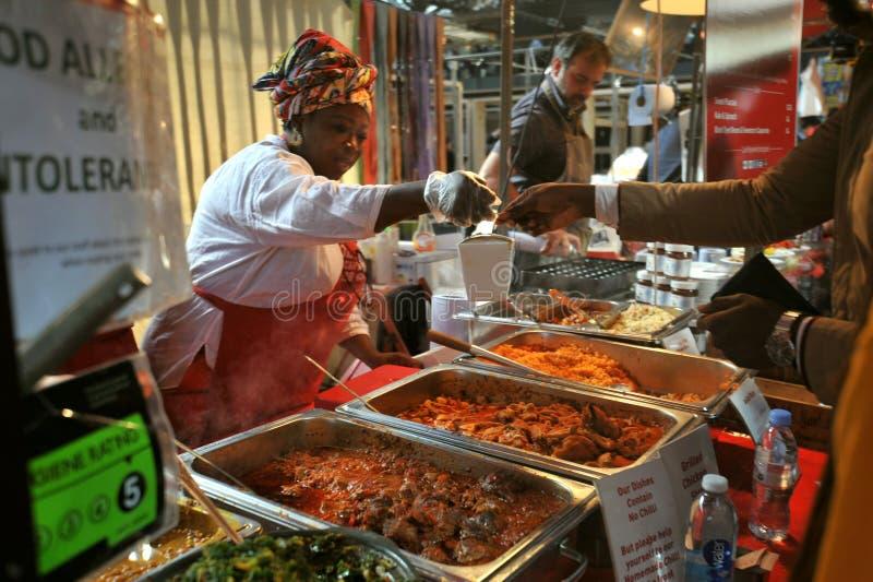 Comida africana en Londres del este en el mercado de Spitalfields imagenes de archivo
