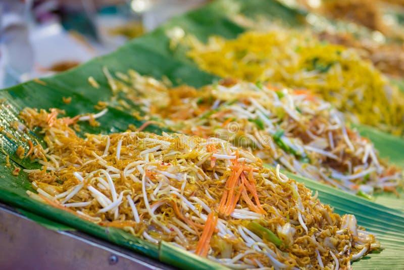 Comida amarilla sofrita de la calle de los tallarines en Tailandia foto de archivo