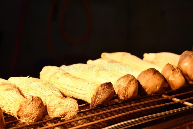 Comida asada a la parrilla de la calle de la seta en el mercado de Jiufen en Taiwán foto de archivo