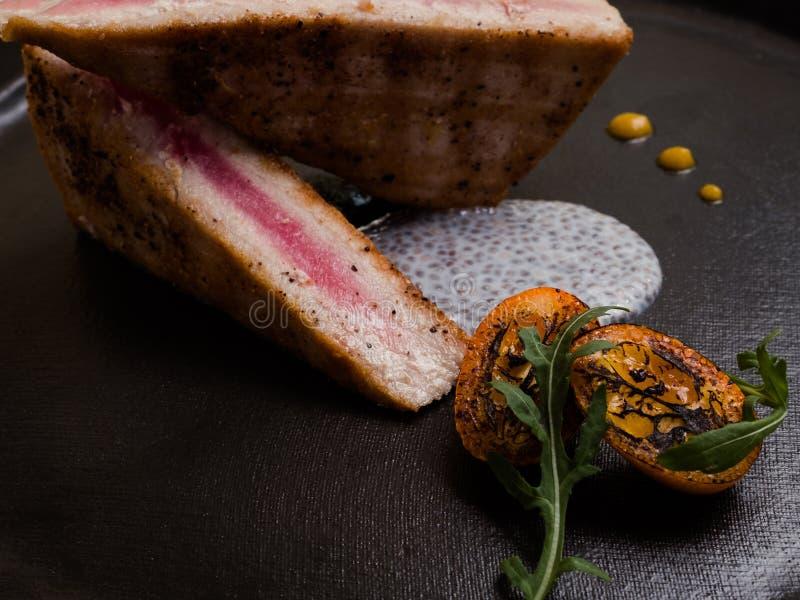 Comida asada a la parrilla del restaurante del filete de la carne cruda imagenes de archivo