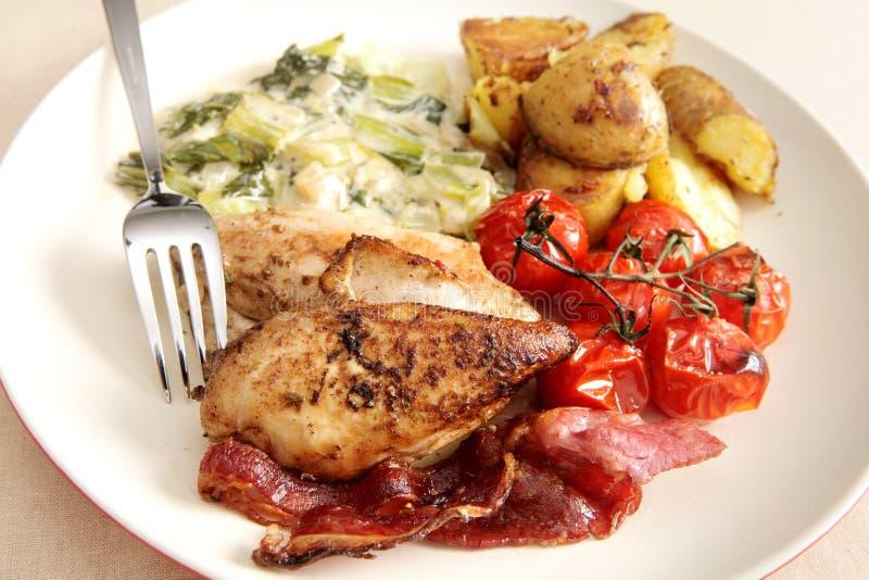 Comida asada a la parrilla horno de la pechuga de pollo foto de archivo libre de regalías