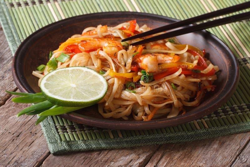 Comida asiática: tallarines de arroz con el camarón y las verduras imagenes de archivo