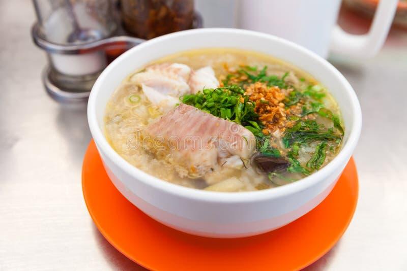 Comida asiática tradicional, sopa de fideos con los pescados imagen de archivo libre de regalías