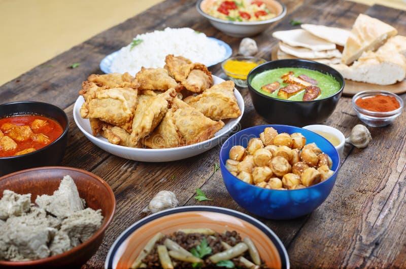 Comida auténtica, indio, comida, tradicional, plato, cocina, comida, curry, pollo, fondo, asiático, cuenco, imágenes de archivo libres de regalías