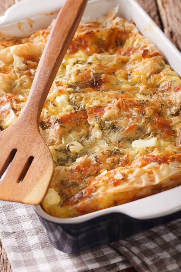 Comida balcánica: Empanada servia Gibanica con el queso, los huevos y los verdes c imagenes de archivo