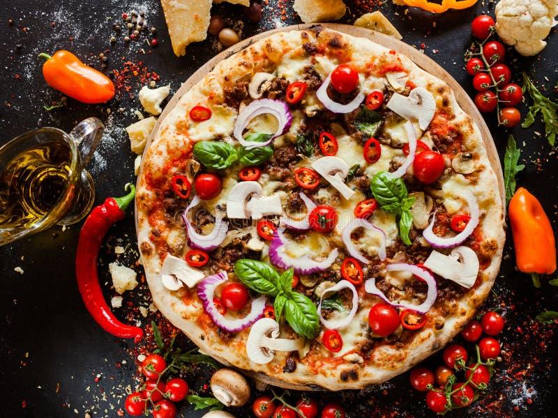 Comida boloñesa del restaurante de la carne picadita de la pizza fotografía de archivo libre de regalías
