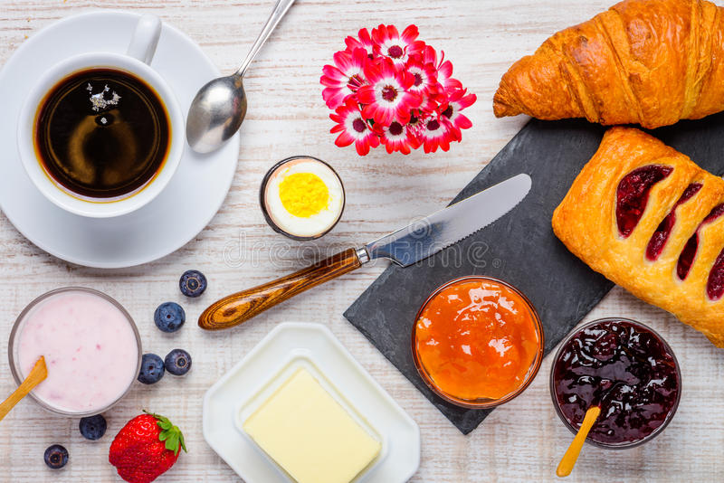 Comida, café y cruasanes sanos de desayuno fotos de archivo