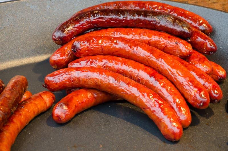 Comida caliente de la calle de la salchicha de Kielbasa en cacerola fotografía de archivo