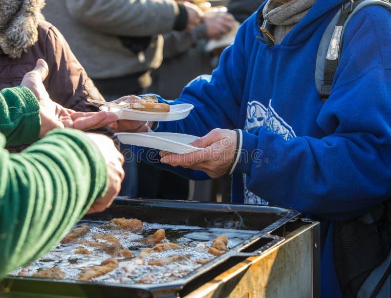 Comida caliente para los pobres y los desamparados imagen de archivo libre de regalías
