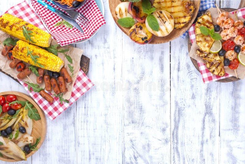 Comida campestre con la comida asada a la parrilla Diversas verduras y frutas en la barbacoa y los mariscos, camarón Almuerzo del imagen de archivo libre de regalías