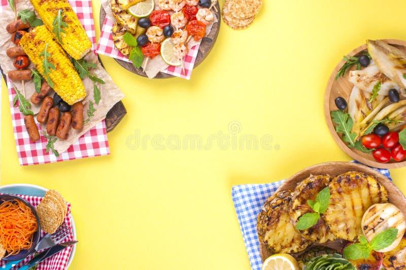 Comida campestre con la comida asada a la parrilla Diversas verduras y frutas en la barbacoa y los mariscos, camarón Almuerzo del imagen de archivo