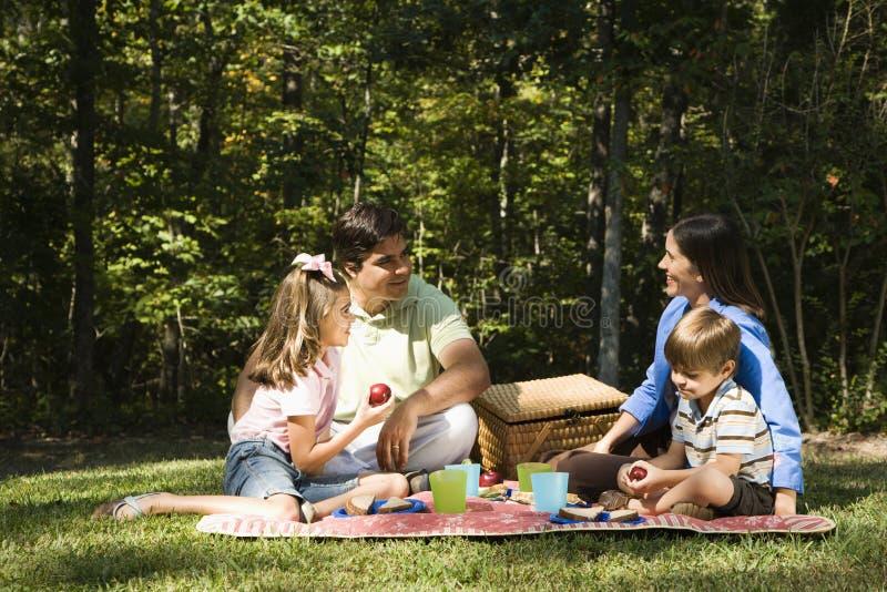 Comida campestre de la familia. foto de archivo