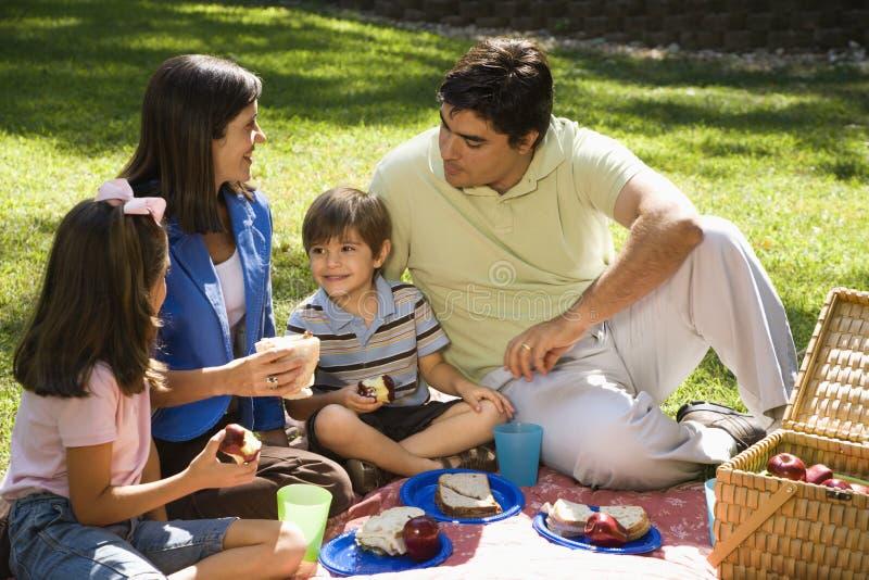 Comida campestre de la familia. imágenes de archivo libres de regalías