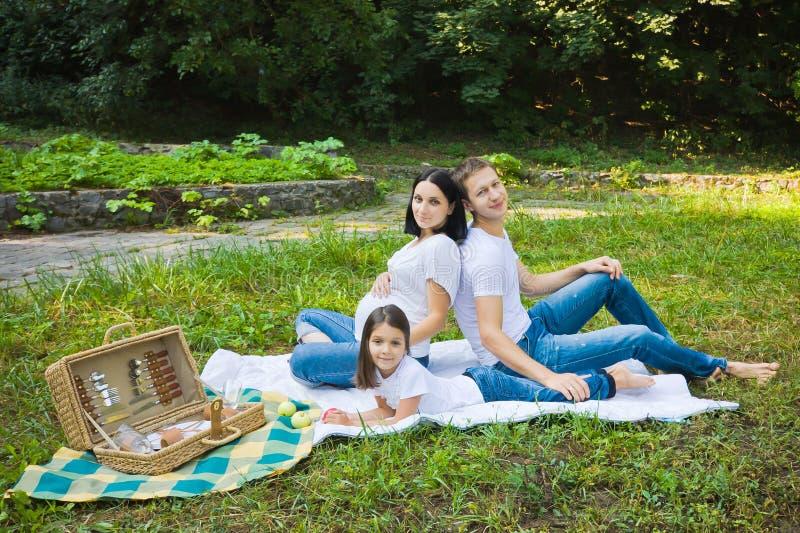 Comida campestre de la familia en un parque imagen de archivo libre de regalías