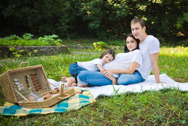 Comida campestre de la familia en un parque fotografía de archivo