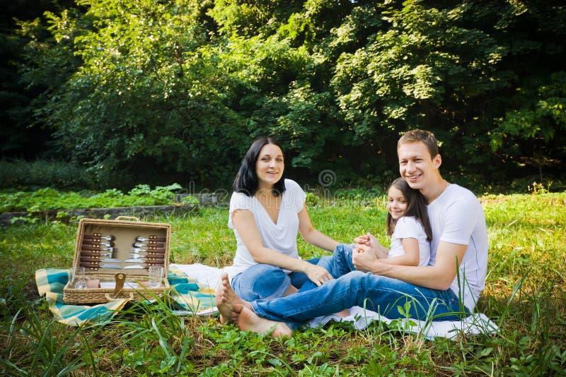 Comida campestre de la familia en un parque foto de archivo libre de regalías