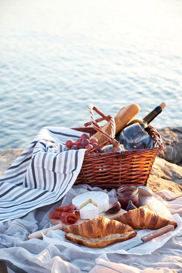 Comida campestre de Romatic en la playa fotografía de archivo