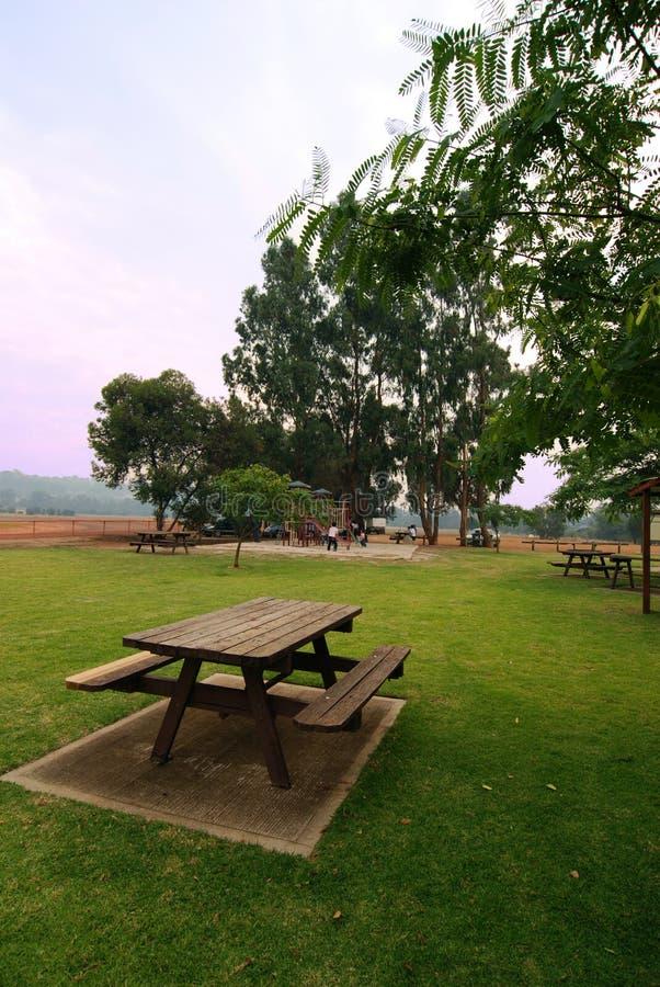 Comida campestre en el parque imágenes de archivo libres de regalías