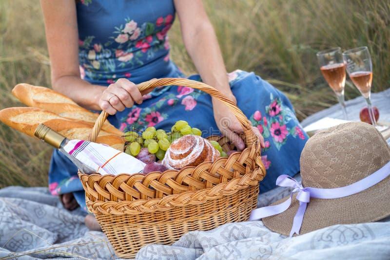 Comida campestre en el prado foto de archivo
