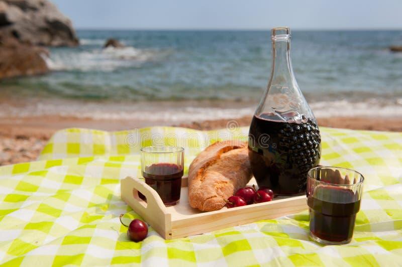 Comida campestre en la playa foto de archivo libre de regalías