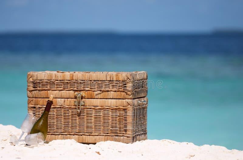 Comida campestre en la playa imagen de archivo libre de regalías