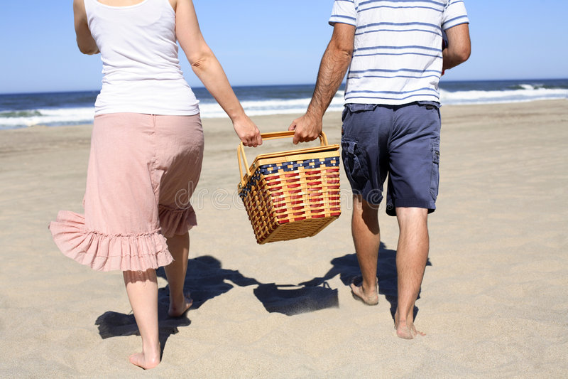 Comida campestre en la playa fotografía de archivo libre de regalías