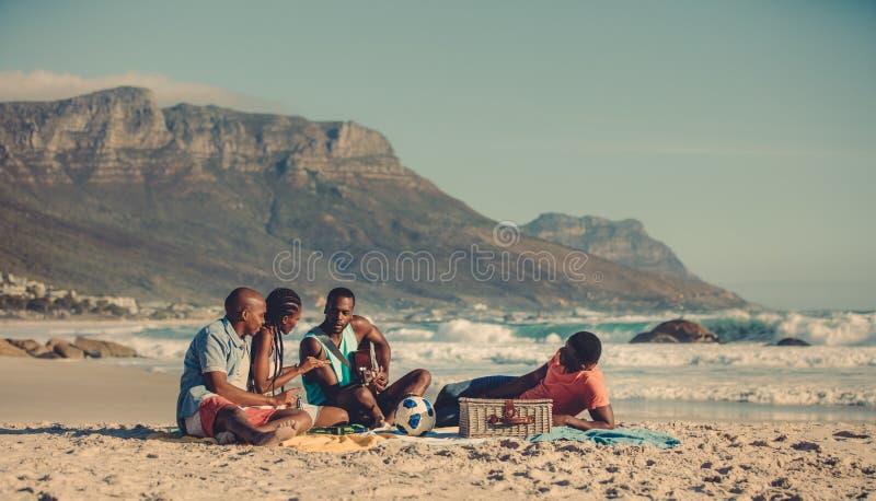Comida campestre en la playa arenosa fotografía de archivo
