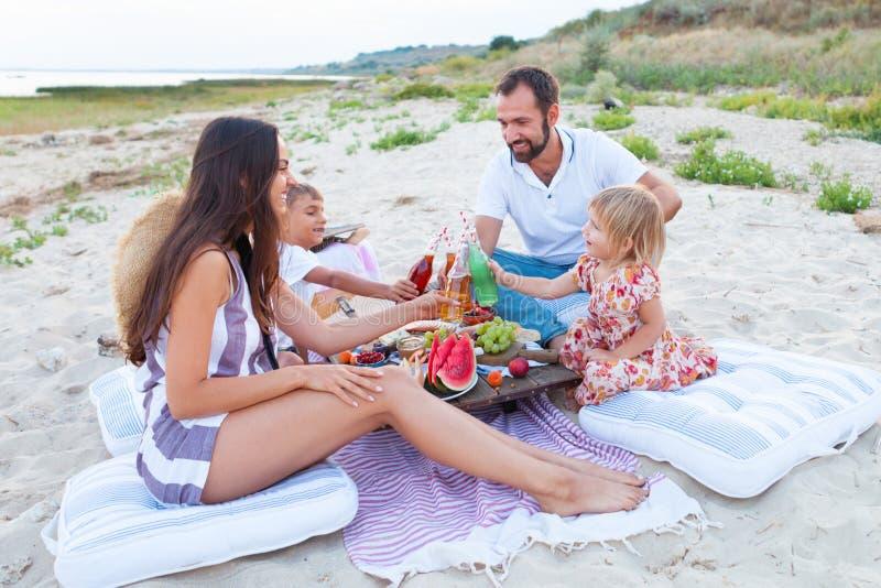 Comida campestre en la playa en la puesta del sol en el boho del estilo, la comida y el concepto de la bebida imagen de archivo