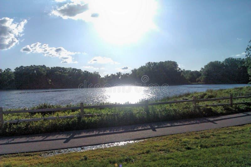 Comida campestre por el lago foto de archivo libre de regalías