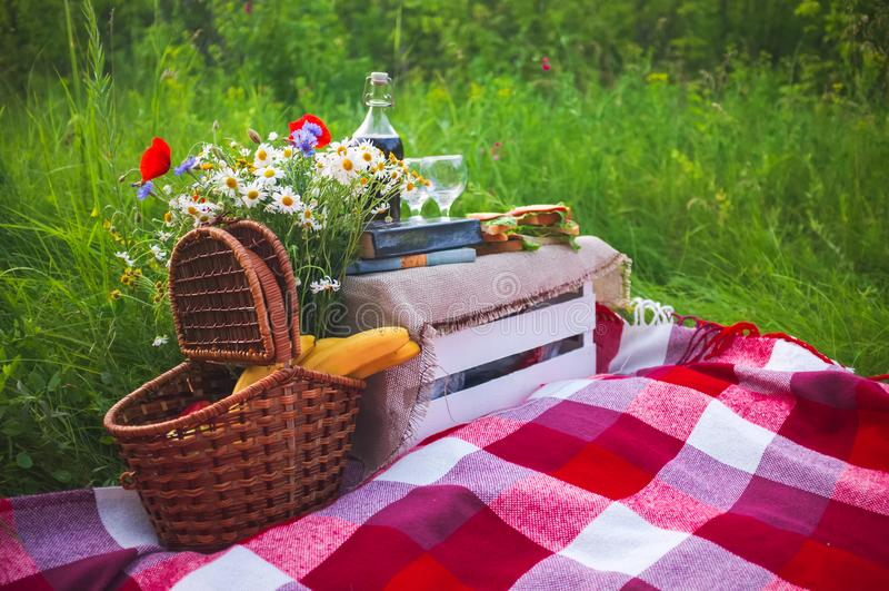 Comida campestre romántica del verano en el parque fotos de archivo
