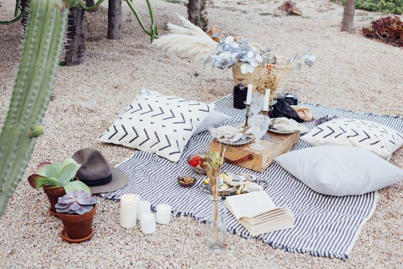 Comida campestre romántica en parque en estilo bohemio fotos de archivo libres de regalías