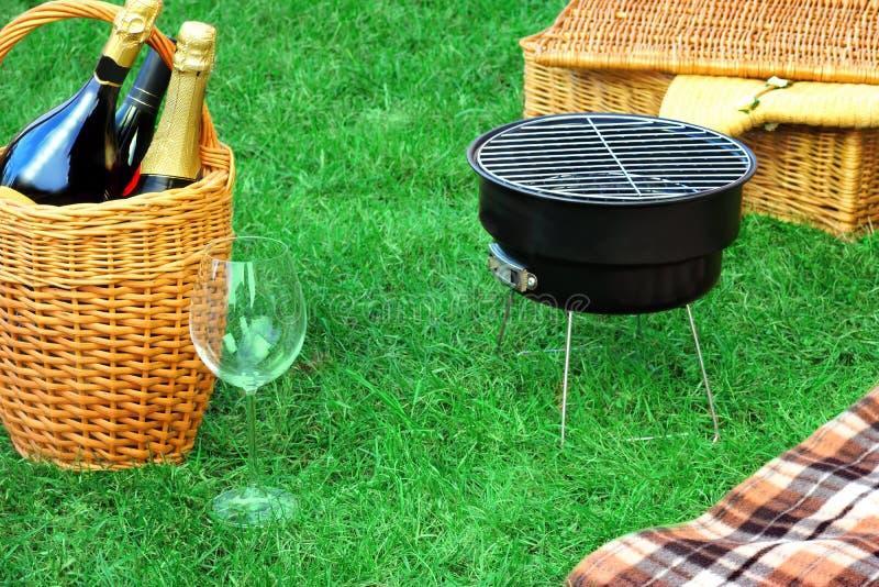 Comida campestre romance del fin de semana con la parrilla y Champagne Concept del Bbq imagen de archivo libre de regalías