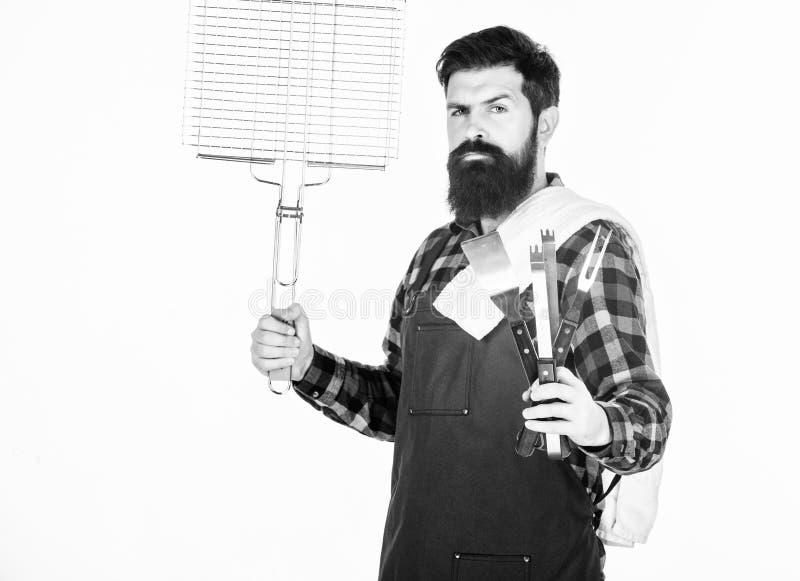 Comida campestre y barbacoa Cocinar la carne en parque Afici?n masculina Delantal barbudo del desgaste del inconformista para la  foto de archivo