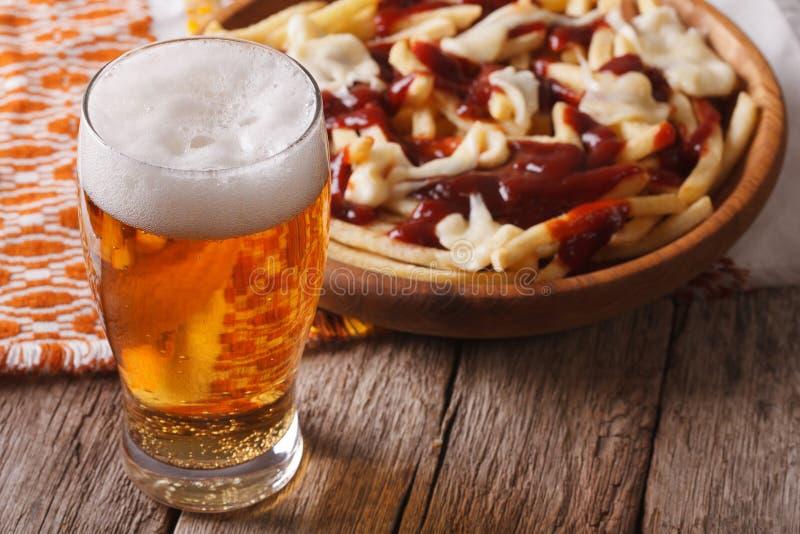 Comida canadiense: cerveza y fritadas con el primer de la salsa horizontal fotos de archivo libres de regalías