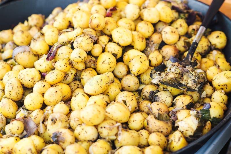 Comida checa nacional tradicional de la calle, patata cocida al vapor con las especias en la feria estacional foto de archivo