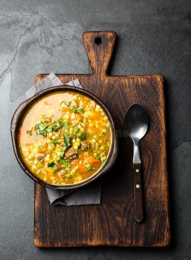 Comida chilena latinoamericana Carbonara chileno tradicional Carne de vaca guisada con la calabaza, las patatas y las verduras en fotografía de archivo