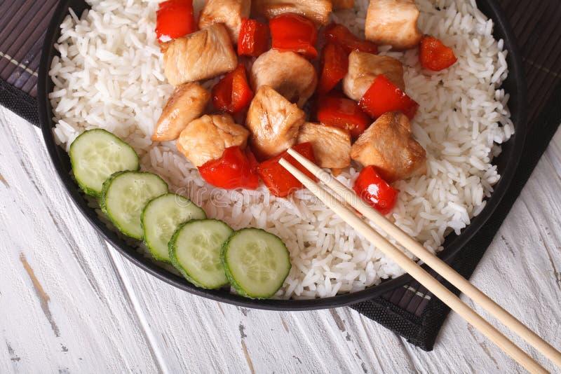 Comida china: el arroz con el pollo y el teriyaki sauce la visión superior fotos de archivo