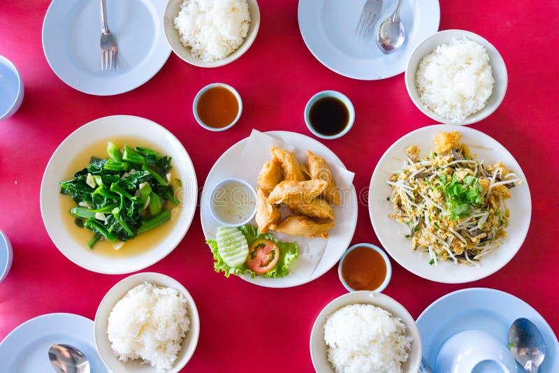 Comida china tres con cuatro tazas de arroz foto de archivo