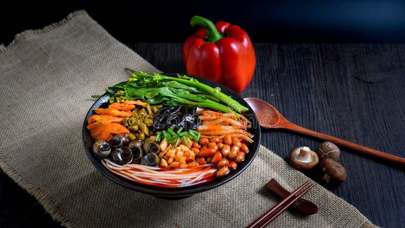 Comida china y comida china del sur de los tallarines chinos fotos de archivo