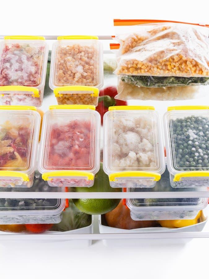 Comida congelada en el refrigerador Verduras en los estantes del congelador imagen de archivo libre de regalías