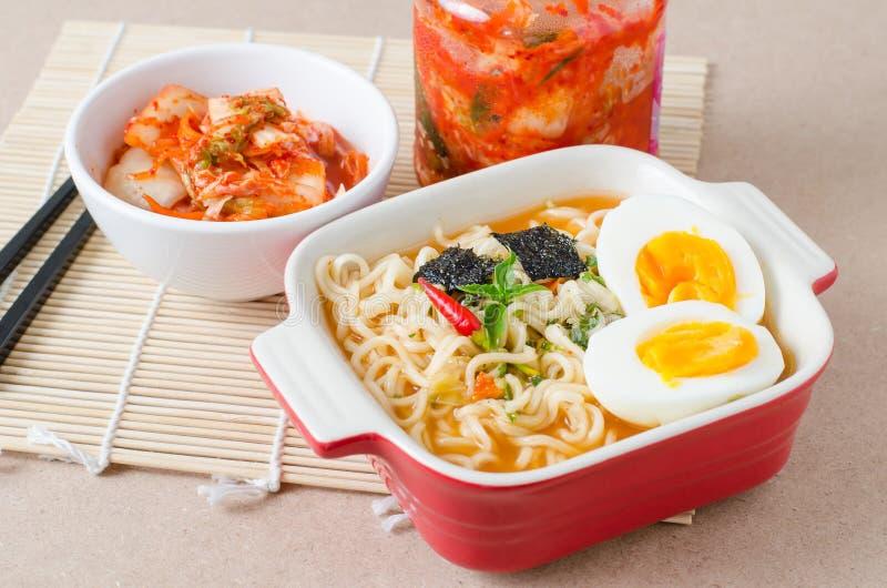 Comida coreana, tallarines inmediatos y col del kimchi fotos de archivo