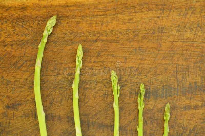 comida cruda del espárrago verde fresco en la tabla imágenes de archivo libres de regalías