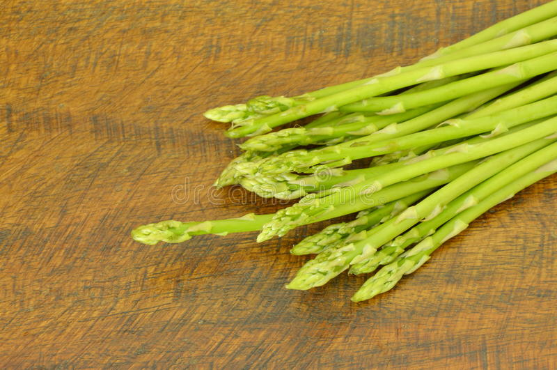comida cruda del espárrago verde fresco en la tabla foto de archivo libre de regalías