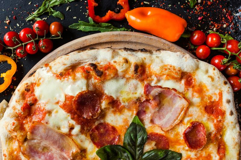 Comida de carne de la cebadura de la pizza de salchichones fotos de archivo