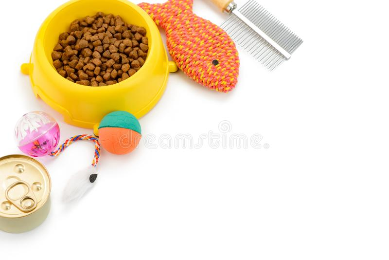 Comida de gato, brinquedos e escova foto de stock