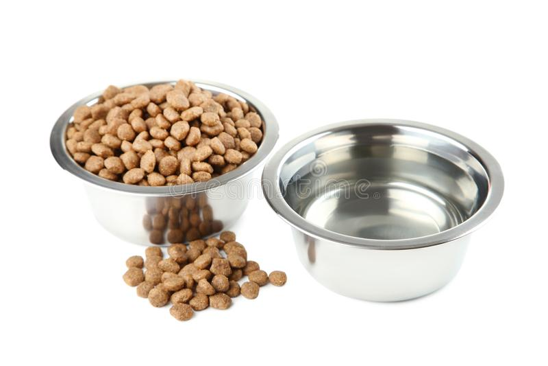 Comida de gato e água em umas bacias fotos de stock royalty free