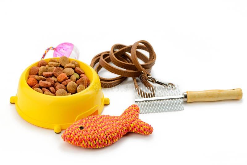 Comida de gato, escova e brinquedos imagens de stock royalty free
