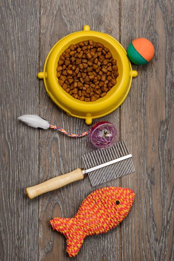 Comida de gato, escova e brinquedos foto de stock royalty free