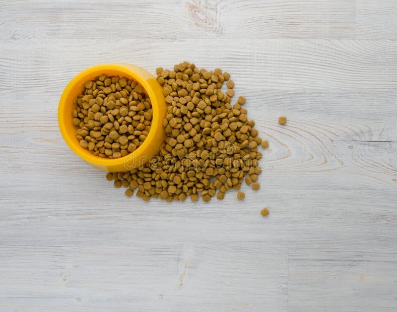 Comida de gato na bacia fotos de stock