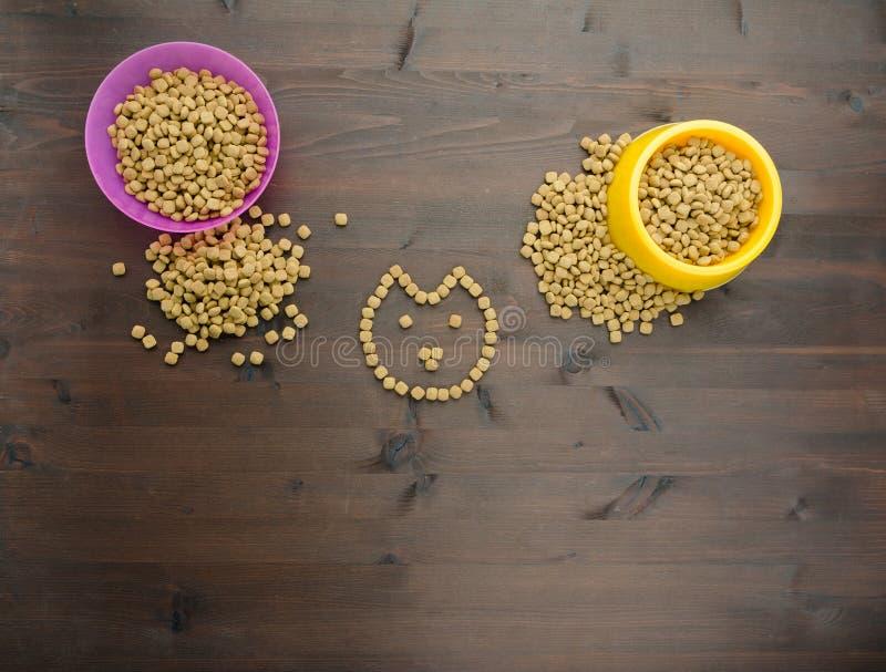 Comida de gato na bacia imagens de stock royalty free